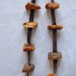 Hundhalsband mot fästingar av råa bärnstenar,  Pris från 100-400kr beroende av längd