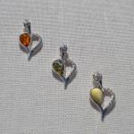 HS - Pris 130 kr/st Hjärta i brun, grön, vit bärnsten