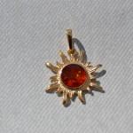 HS - Sol förgylld silver  Pris 180 kr ca 2,2 cm x 2,2 cm + 1 cm